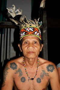 https://bayuharyadi.files.wordpress.com/2011/05/tato-dayak.jpg?w=199